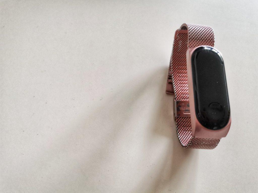 Xiaomi MiBad2 z różową, metalową opaską