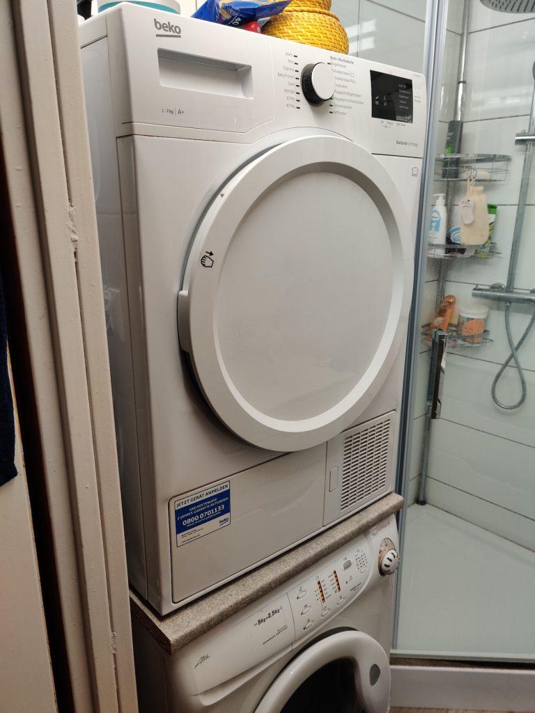 suszarka do ubrań od boku na pralce