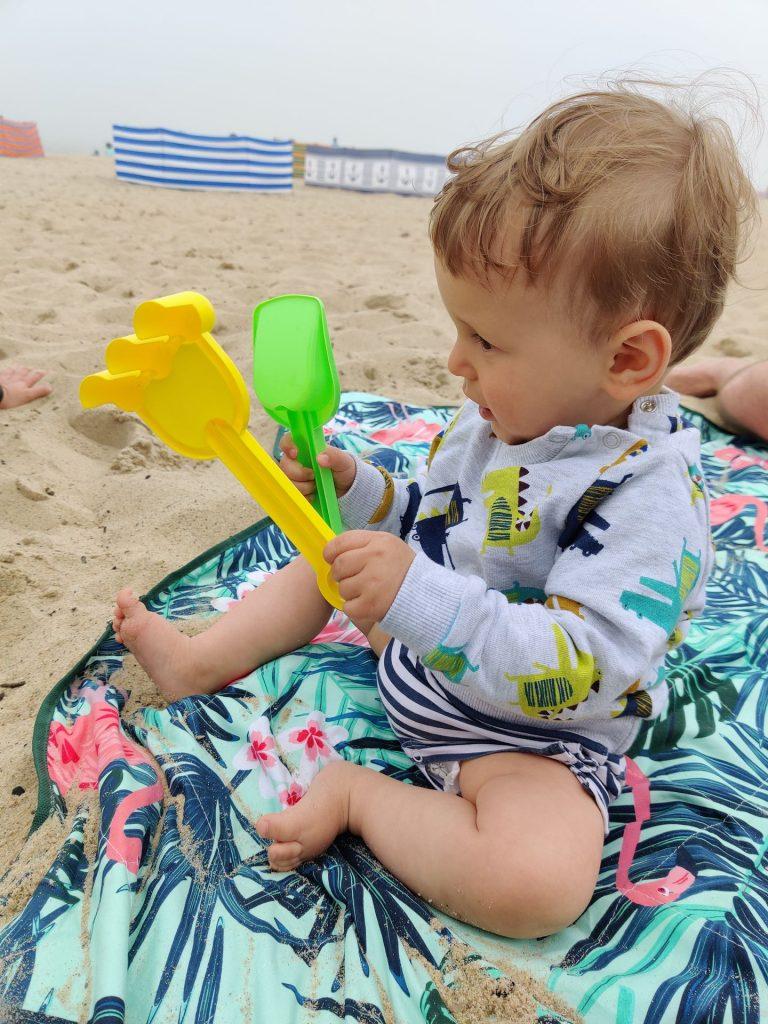 zabawki dla dziecka na plaży