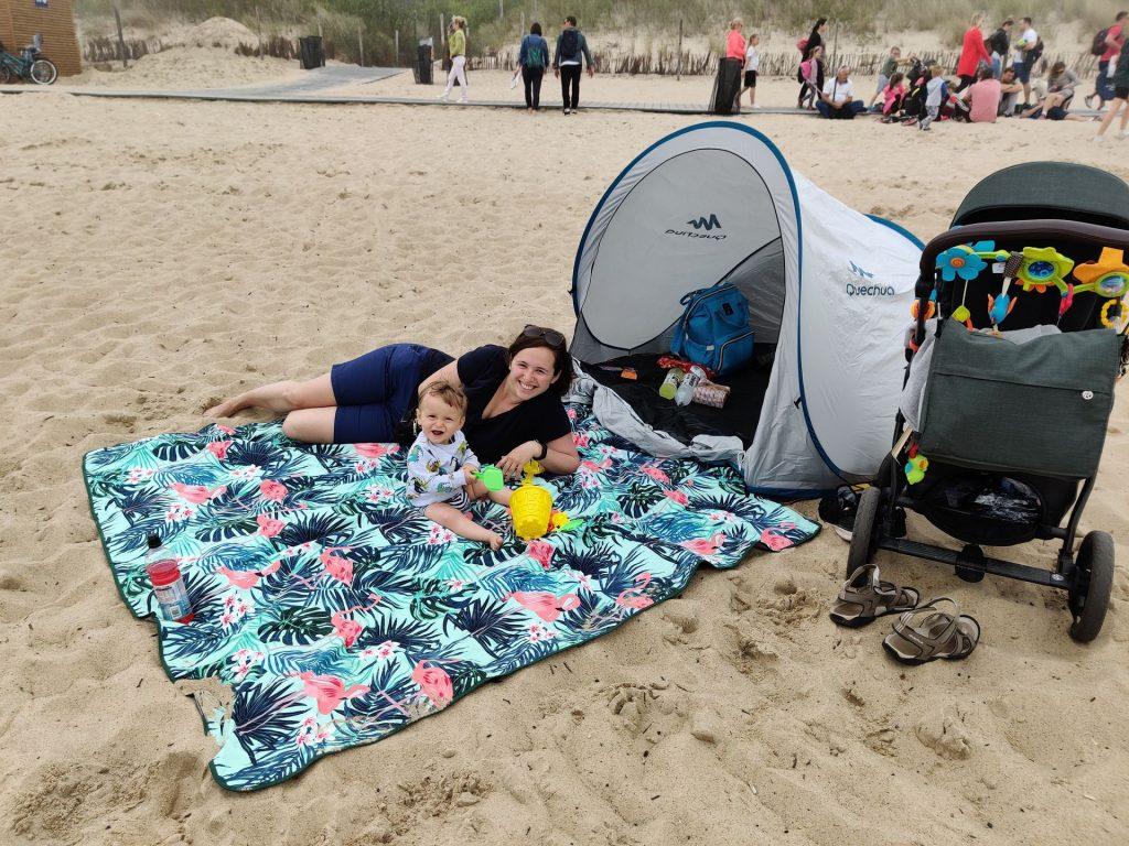 obozowisko z bobasem na plaży