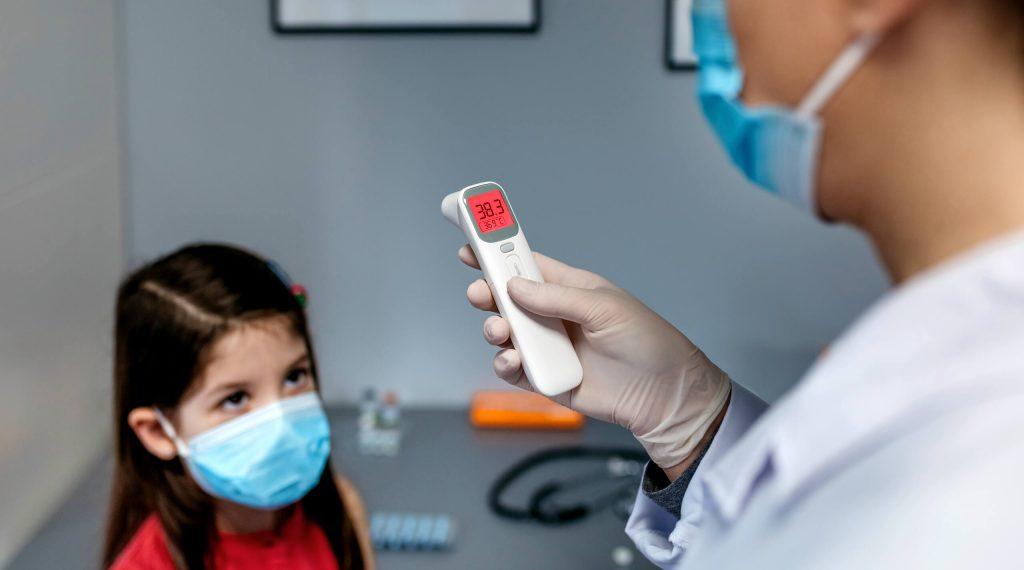 lekarz mierzy temperature dziecku